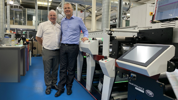 Mark Andys UK & Ireland Sales Manager Paul MacDonald mit Berkshire Labels Managing Director Paul Roscoe und der ersten P9E, die in Europa installiert wurde.