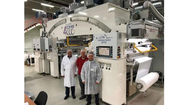 V.l.n.r.: Darko Maurer (Folienprint), Björn Asmussen (Folienprint) und Michele Pastore (Megapak) vor der neuen Super Combi im Galliner Werk von Folienprint.